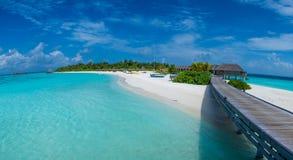 Панорама тропического пляжа около океана на Мальдивах Стоковое Фото