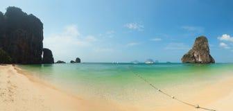 Панорама тропического пляжа с утесами. Таиланд, Krabi, Railay Стоковые Фото