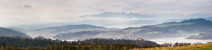 Панорама утра осени туманная Горы Tatra на предпосылке Стоковые Изображения RF