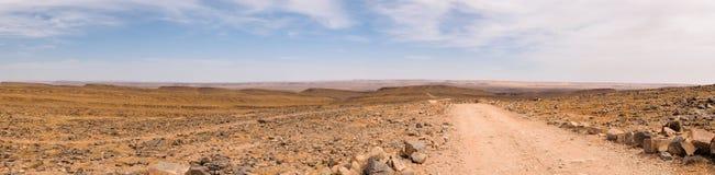 Панорама улицы водя к горизонту, Марокко стоковые изображения