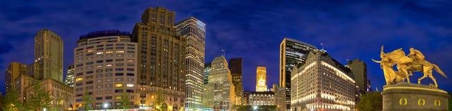 Панорама улиц Манхаттана на ноче Стоковое Фото