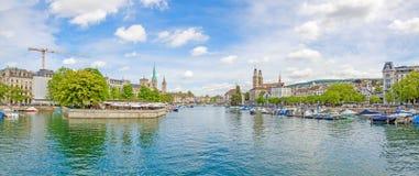 Панорама Цюриха от Quaibrucke, реки Limmat в фронте Стоковое фото RF