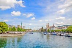 Панорама Цюриха с Grossmunster, Fraumunster и Sankt Питером от Quaibrucke Стоковое Изображение