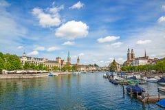 Панорама Цюриха с Grossmunster, Fraumunster и Sankt Питером Стоковое фото RF