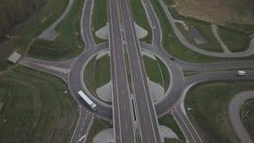 Панорама шоссе с взглядом глаза птицы Артерия перехода страны Движение кораблей на шоссе Landsca акции видеоматериалы