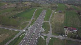 Панорама шоссе с взглядом глаза птицы Артерия перехода страны Движение кораблей на шоссе Landsca видеоматериал