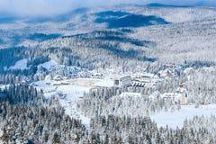 Панорама лыжного курорта Kopaonik, Сербии, Mountain View, домов покрытых с снегом Стоковые Фотографии RF