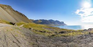 Панорама юговосточной кольцевой дороги Исландии, гор греет на солнце a Стоковое Изображение