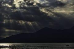 Панорама backlight с солнечными лучами на заходе солнца стоковое фото