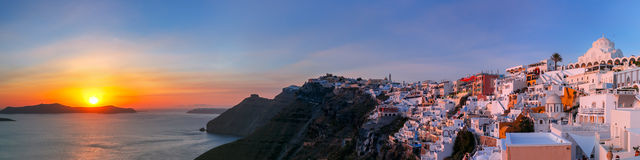 Панорама Fira на заходе солнца, Santorini, Греции Стоковое фото RF