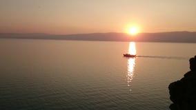 Панорама Lake Baikal Над водой, корабль плавает в заходе солнца o E Горизонт o сток-видео