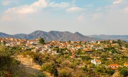 Панорама Lefkara, традиционной кипрской деревни с красными домами и горами крыши на заднем плане, район Ларнаки стоковое фото rf