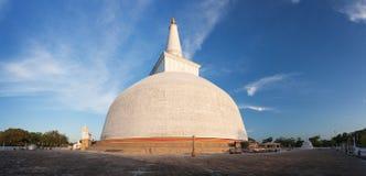 Панорама Mahatupa или Ruwanweliseya большого Dagoba в Anuradhapura Стоковое Фото