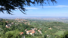 Панорама Monte Porzio Catone и Рима в Castelli Romani Стоковая Фотография RF