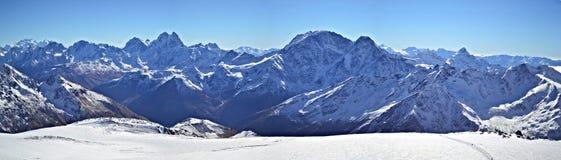 Панорама Mount Elbrus горы Snowy стоковые изображения rf