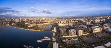 Панорама Photoo городского пейзажа Манилы в Филиппинах Свет голубого неба и захода солнца Пристань в переднем плане Финансовый ра стоковая фотография rf