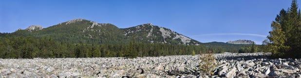 Панорама Taganay. Большое каменное река Стоковое Изображение RF
