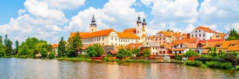 Панорама Telc Намочите отражение домов и замка Telc, чехии Место всемирного наследия Unesco Стоковое Изображение