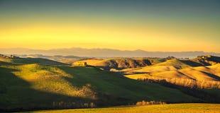 Панорама Volterra, Rolling Hills и зеленые поля на заходе солнца Tus стоковые фотографии rf