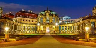 Панорама Zwinger на ноче в Дрездене, Германии Стоковое Фото