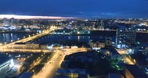 Панорамная воздушная съемка города на ноче видеоматериал