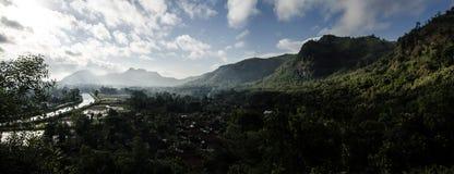 Панорамная зеленая долина и деревня Стоковое фото RF