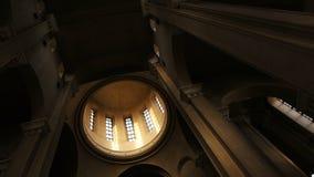 Панорамная панорама интерьера купола внутри православной церков церков снизу вверх, замедленное движение акции видеоматериалы