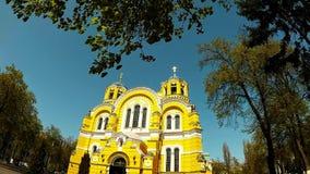 Панорамная стрельба красивого собора в парке Киева сток-видео