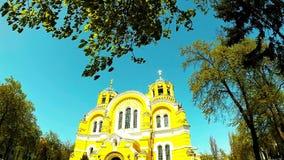 Панорамная стрельба красивой желтой церков в парке Киева сток-видео