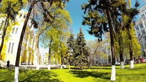Панорамная стрельба парка с желтой церковью в Киеве видеоматериал
