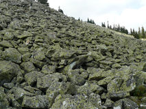 Панорамная съемка гора от обваловки мха валунов стоковое изображение rf