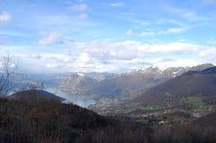 Панорамное изображение Valcamonica с озером Iseo и в backgro Стоковая Фотография