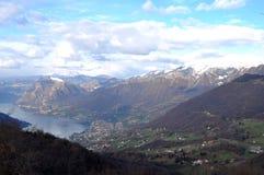 Панорамное изображение Valcamonica с озером Iseo и в backgro Стоковые Фото