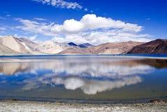 Панорамное озеро Pangong Стоковые Фото