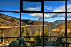 панорамное окно с целью озера горы стоковое изображение