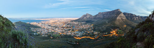 Панорамное фото Кейптауна на сумраке от головы льва Стоковое Изображение RF