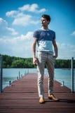 Панорамное фото красивого человека на озере стоковое изображение rf