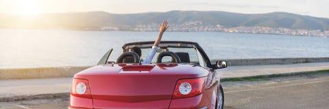Панорамное фото расслабляющей женщины на пляже в автомобиле стоковая фотография