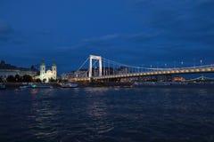 Панорамные взгляды мостов ночи через Дунай с освещением стоковое изображение rf