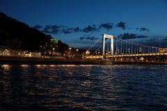 Панорамные взгляды мостов ночи через Дунай с освещением стоковые изображения