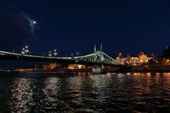 Панорамные взгляды мостов ночи через Дунай с освещением стоковое фото rf