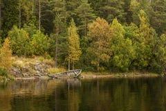Панорамные взгляды острова Valaam преследуют с затопленной старой деревянной шлюпкой Северная область Lake Ladoga Республика Kare стоковое изображение