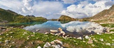 Панорамные горы Arkhyz Spring Valley Кавказ фото, Россия Фантастические восход солнца и заход солнца в горах озер Софи, стоковая фотография