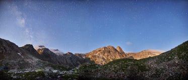 Панорамные горы Arkhyz Spring Valley Кавказ фото, Россия Фантастические восход солнца и заход солнца в горах озер Софи, стоковое фото