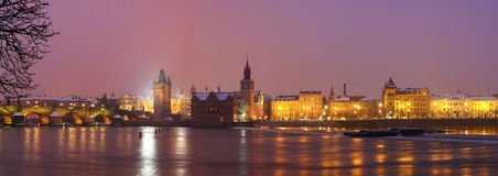 Панорама моста Карла на ноче Стоковое Фото