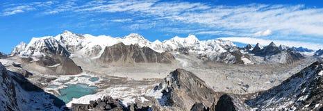 Панорамный взгляд базового лагеря держателя Cho Oyu и Cho Oyu Стоковые Фото