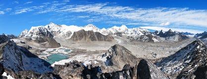 Панорамный взгляд базового лагеря держателя Cho Oyu и Cho Oyu Стоковые Изображения RF