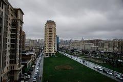 Панорамный взгляд Баку пасмурное небо городск Столица Азербайджана стоковые изображения