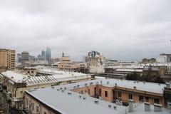 Панорамный взгляд Баку пасмурное небо городск Столица Азербайджана стоковые фото