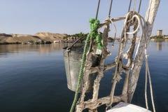 Панорамный взгляд банка реки Нила от традиционного feluca около Асуана, южного Египта Стоковая Фотография RF